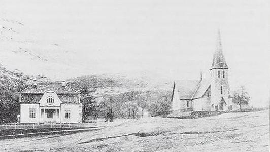 """Årstad kirke har alltid hatt godt kirkebesøk, med over 1000 på julaftensgudstjenestene. Dette bildet er fra 1905. Huset til venstre er sogneprest Jørgensens bolig. Fra boken """"Årstad kirke 100 år"""""""