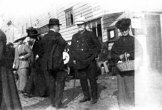 Mannen med panamahatt skal være Clement Johnsen, Del av anonym samling snapshot fra Bergen 1911. 'Folk i farten' Billedsamlingen, Universitetsbiblioteket i Bergen.