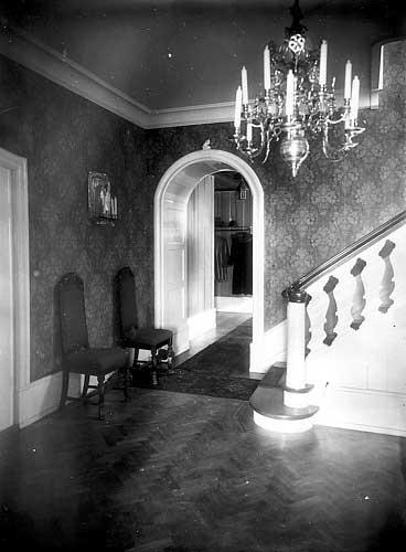 Interiør fra hallen på Clementsgaard. Adressen den gang var Grønneviksveien 4. Billedsamlingen, Universitetsbiblioteket i Bergen.
