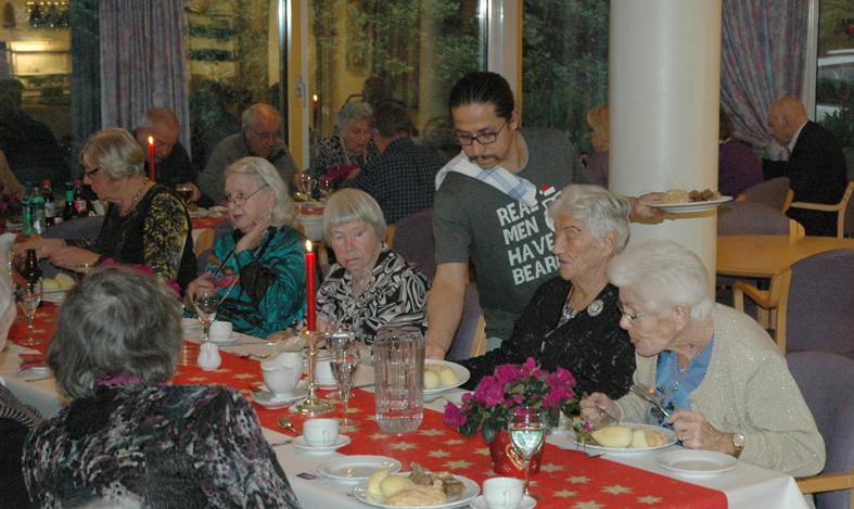 Vikarhjelp Esteban Vergara var med i serveringsgjengen som fikk rykende varm pinnekjøttmiddag raskt på bordene.