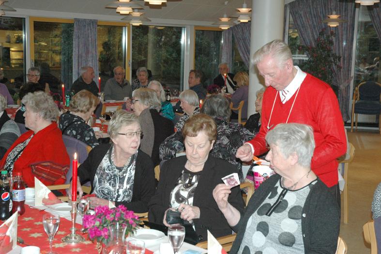 Frivillig pensjonisthjelp Karl Erichsen selger lodder.