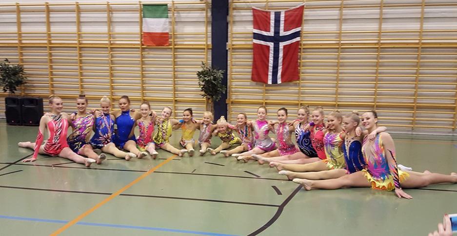 Norske og utenlandske deltakere samlet på gulvet i Turnhallen under i Rhytmic Gymnastics International Friendship Competition. Foto: Bergens Turnforening.