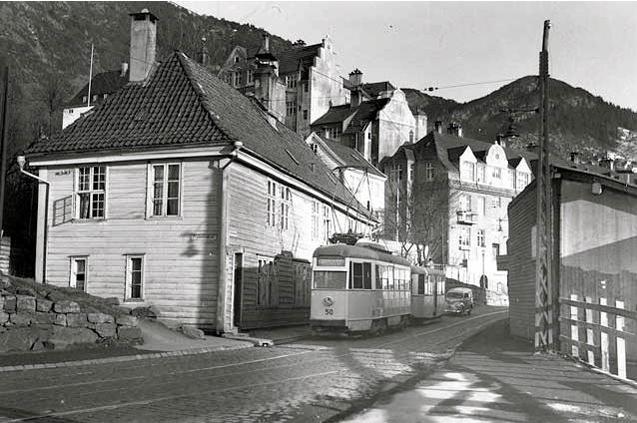 Sporveisvogn nr. 50 med henger på Linje 10 mellom Minde og Sandviken på vei ned Sandviksveien i 1955. Foto: Meulmann, Billedsamlingen, Universitetsbiblioteket i Bergen.