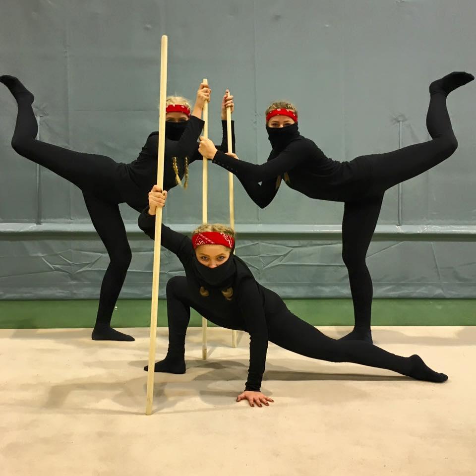 """Førsteplassen gikk til """"ninja"""" Pia Hiis Bergh, Pauline Krohn Næss og Victoria Fagerås, Bergens Turnforening."""