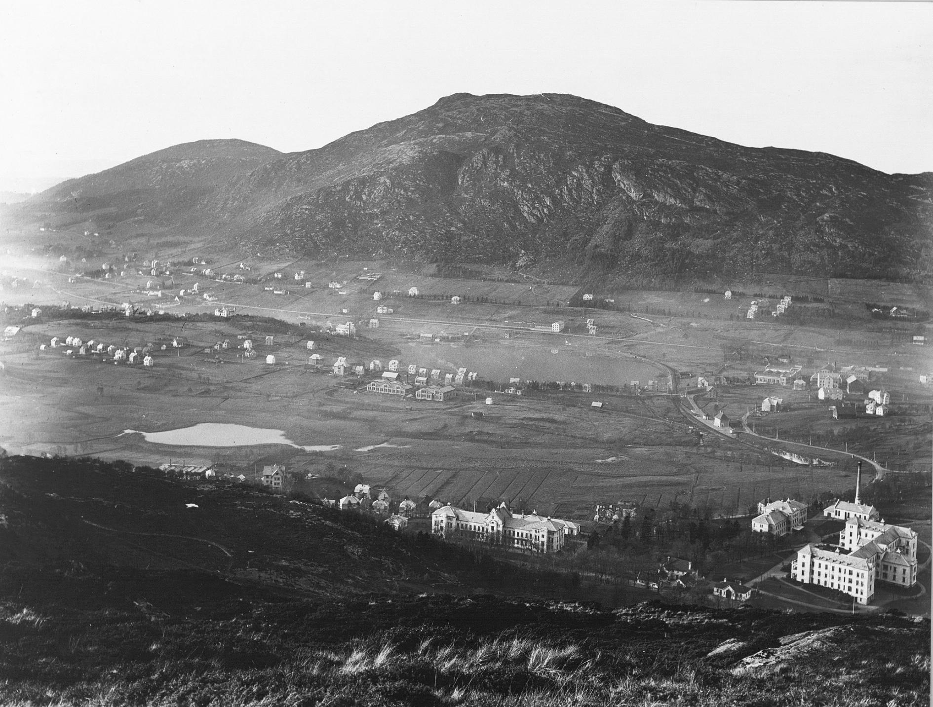 Landås, Minde og Solheim for hundre år siden. Fotograf ukjent, fra arkivet etter Solhaug skole. Fotografiet er utlånt fra Bergen Byarkiv.