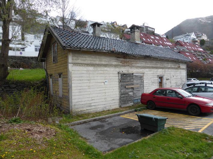 Det gamle uthuset i Kalfarveien 77 er dessverre i mindre god forfatning.