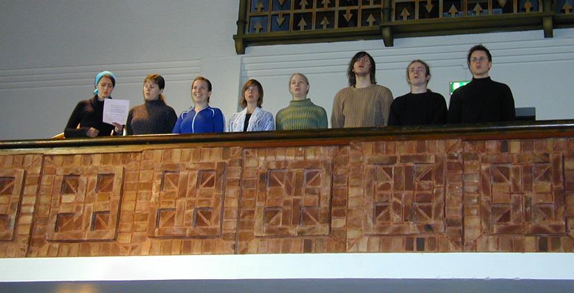 Denne gruppen fra St. Sunnivakoret sang fra galleriet under innsettelsesgudstjenesten i St. Markus kirke. Koret hadde den gang fast øvingssted i St. Markus kirke. Kirken har avtale med koret om å delta med sangledelse og tidvis korsang.