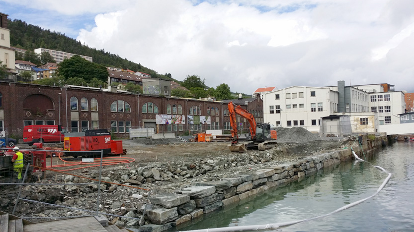 I dag er Fløttmannsplassen en ørken av stein og betong. Til venstre på tomten kommer boligprosjektet Sjøstjernen.