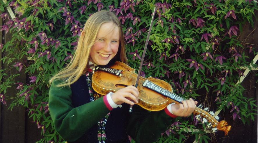 Audhild Flaktveit Moxnes fra Landås var aktiv med hardingfele og danset folkedans. Hun døde i en trafikkulykke i 2004, 17 år gammel. Foto: Erling Moxnes.