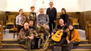 Kåre Skorpen (i midten bak) med venner og kjente som medvirker på CDen «Viser som viser vei». Fredag 2. september blir det plateslepp og konsert i Årstad kirke.