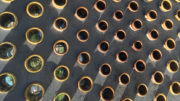 Kunstneren Martin Woll Godals skulptur på Minde skole består av betong og glasert porselen.