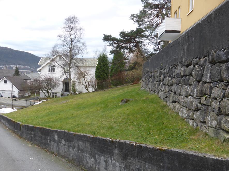 Bare noen få gamle gårdshus ligger igjen på Løvstakksiden, Dette er våningshuset på Ny-Krohnborg eller Blekenberg gård. I 1860-årene var gården den tredje største i Solheimsbygden, målt etter vedlikeholdsplikt av veilengde. Hovedhuset er en sveitserbygning med glassveranda i to etasjer og rik dekor. Fremdeles ligger det fritt i terrenget og rester av den gamle trebeplantede gårdsveien som førte opp til våningshuset, finner vi i dag igjen som gangvei mellom Løvstakkveien og Blekenberg. Like vest for hovedhuset lå låvebygningen. Bolighuset oppå muren er bygget på den tidligere gårdsbygningens sokkeletasje.