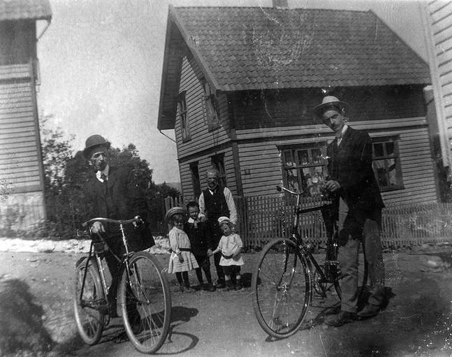 Dette bildet fra 1910 viser Fredrik Olai Carlsen med sin morfar, Fredrik Martin Johannesen. I forgrunnen med sykler Carl Olai Carlsen (til høyre) med sin svoger Michael Johannesen. Bildet er tatt i Halvor Lundsgate, med nr. 9 i bakgrunnen. Bildet er tatt fra plassen til høyre på bildet over, og de to husene sees til venstre på bildet. Bildet er hentet fra bib.origo.no og lagt ut av Carl O. Carlsen, sønn til Fredrik Olai Carlsen, http://fotomuseum.bergen360.no/-/image/show/1632788_halvard-lundsgate-anno-1910?ref=checkpoint
