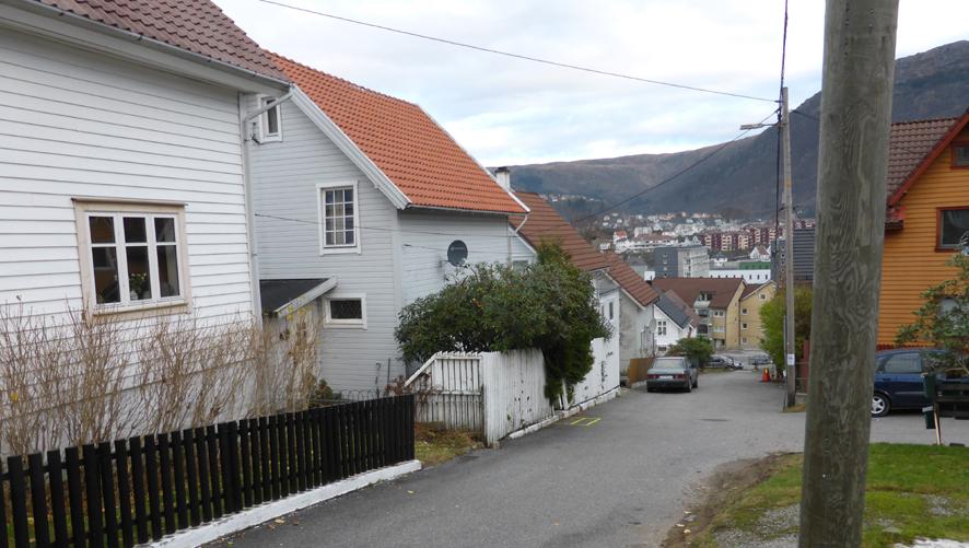 Dette veiløpet mellom Løbergsveien og Firdagaten het tidligere Halvor Lunds gate og er blant de eldste i Solheimsviken. Husene på venstre side er opprinnelig ganske like. De er oppført omkring 1905 og har nok hatt samme byggmester. Veiløpet starter ved Solheims Tverrgate, krysser Rogagaten, Hordagaten og går inn i Firdagaten/Søndre Skogveien. Da Rogagaten skulle anlegges, måtte Halvor Lunds gate 5 rives. Huset ble bygget opp igjen litt lenger nede og har nå adresse Møregaten 7. Veiløpet er en av snarveiene mellom Solheimsviken og Løvstakken og er stengt for gjennomkjøring, men det parkeres i gaten.