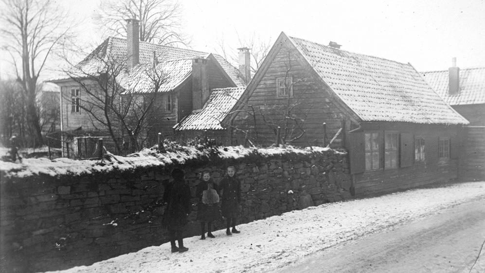 Tre småjenter ved Haukeland hovedgård. Bildet er tatt i 1910, ukjent fotograf. Fra arkivet etter Byggekomiteen for Haukeland sykehus, Bergen Byarkiv.