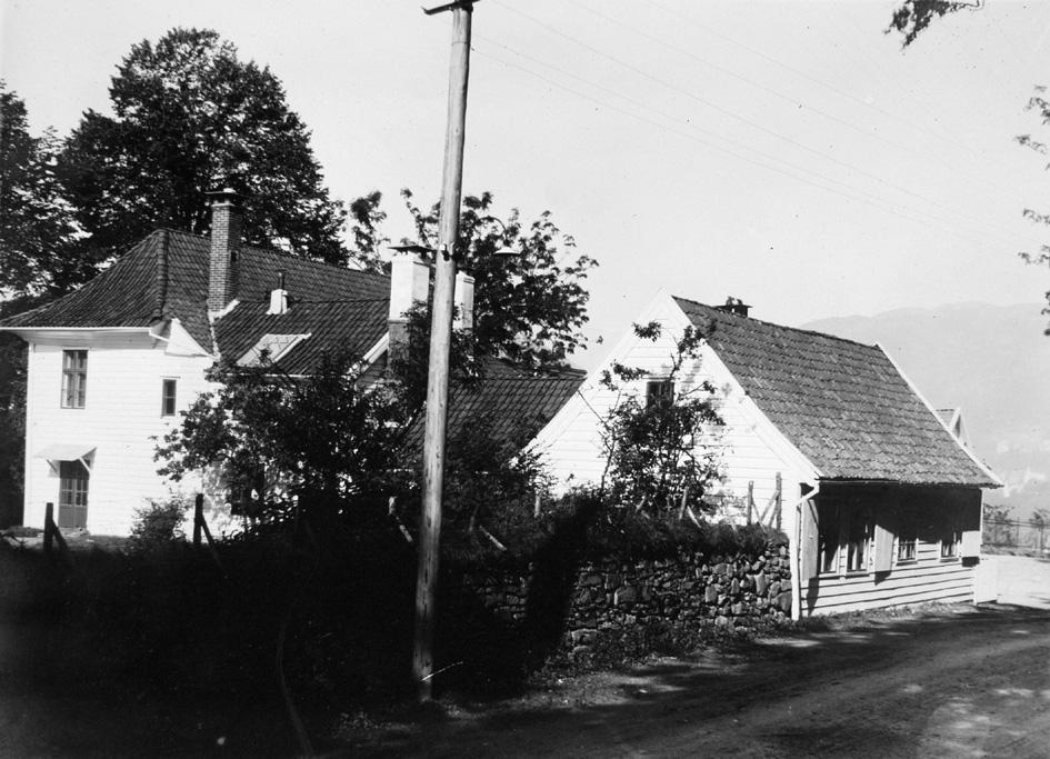Haukeland hovedgård. Bildet er tatt i 1912, ukjent fotograf. Fra arkivet etter Byggekomiteen for Haukeland sykehus.