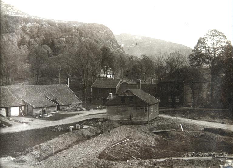 Haukeland hovedgård før byggingen av sykehuset tok til. Her står nå sentralblokken på Haukeland sykehus. Bildet er tatt i 1909, ukjent fotograf. Fra arkivet etter Byggekomiteen for Haukeland sykehus, Bergen Byarkiv.