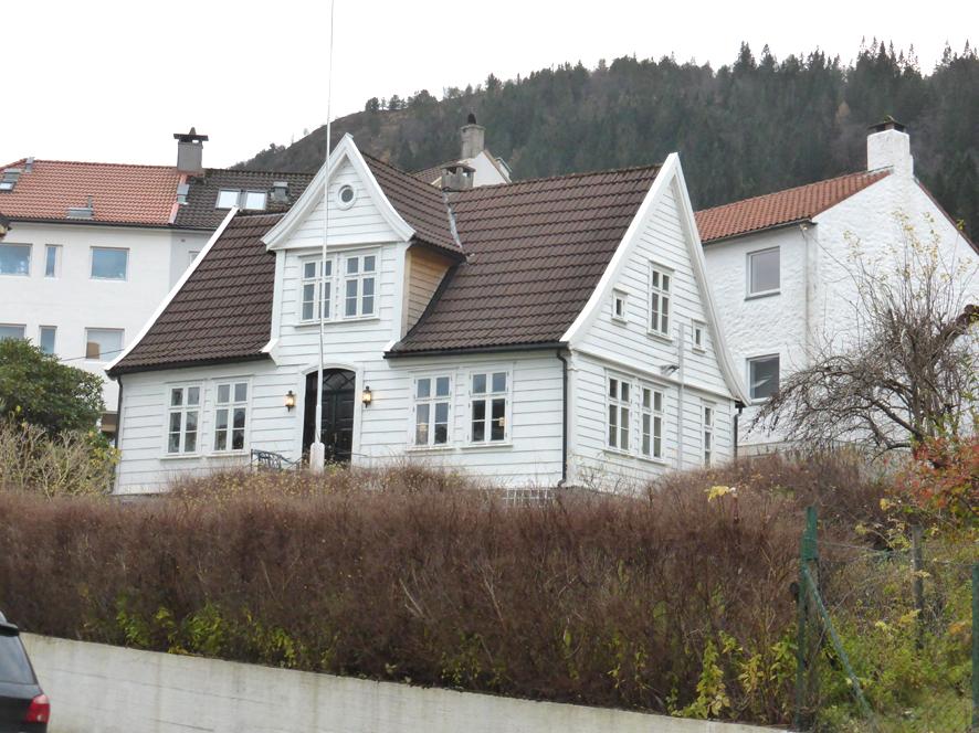 Nye Solheim, Løbergsveien 43. Da Store Solheims eier, Dankert Krohn, døde i 1808 ble store deler av eiendommen delt mellom hans arvinger og solgt ut av Krohnfamilien. Nye Solheim (opprinnelig Nordre Solheim) var blant de nye gårdsanleggene. Våningshuset står fortsatt, mens driftsbygningen er revet. Hovedhuset ble bygget på begynnelsen av 1800-tallet. Det er et enetasjes trehus med liggende panel og saltak. Fasaden er symmetrisk bygget opp med et sentralt inngangsparti som krones av en gavl. På hver side av døren er to vinduer. Huset er karakteristisk for den bergenske trearkitekturen, og er arkitektonisk nært beslektet blant annet med lyststedet Frydenlund. Muligens har huset en gang vært benyttet som lyststed. I 1869 ble gården kjøpt av Halvor Lund (1838-1. desember 1921), og et av de første veiløpene i området fikk navn etter ham.