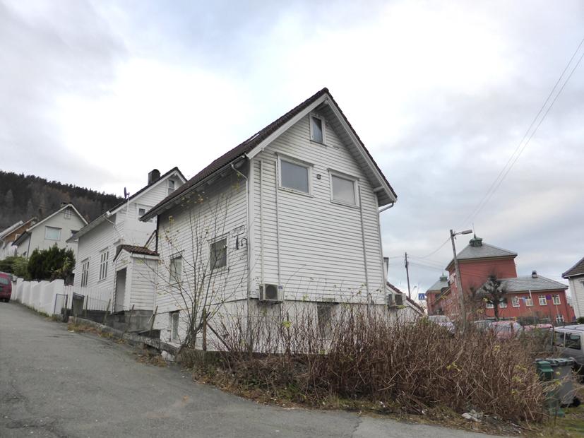Møregaten 14 er det nederste huset i gateløpet som tidligere het Halvor Lunds gate. Huset hadde da adresse Halvor Lunds gate 1. Ifølge folketellingen fra 1910 bodde det den gang 14 beboere i huset. 1. etasje var da ikke innredet. I krysset nedenfor møtes to av de eldste veiene i Solheimsviken, Løbergsveien fra nord og Solheims Tverrgate fra øst.