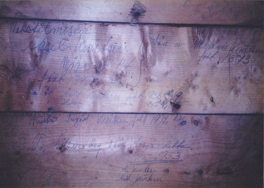 Møregaten 14 var i familien Knudsens eie til 1997. Da tredje etasje ble bygget om i 2002, ble tapet og papplatene på veggene fjernet, og det kom frem en hilsen datert 5/11-1953. På veggen står det med sirlig skrift «Tekstilmester Aksel Knutsen, Møregt. 14, sønn av Martin Knutsen, født 1873, født 30/6-1909, far til Arild Knutsen, født 13/9-1938 og Helen Knutsen, født 8/1-1940, hustru Ingrid Knutsen født 27/10-1912. Vi hilsen deg som leser dette. 5/11-1953. A. Knutsen. Arild Knutsen.» Hilsenen var glemt i 49 år før den ble funnet – og tildekket på ny, men først foreviget.