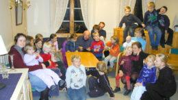 Willy Monsen klipper ut blydunker med barn og foreldre i Nymark barneklubb som interesserte tilskuere i november 2002.