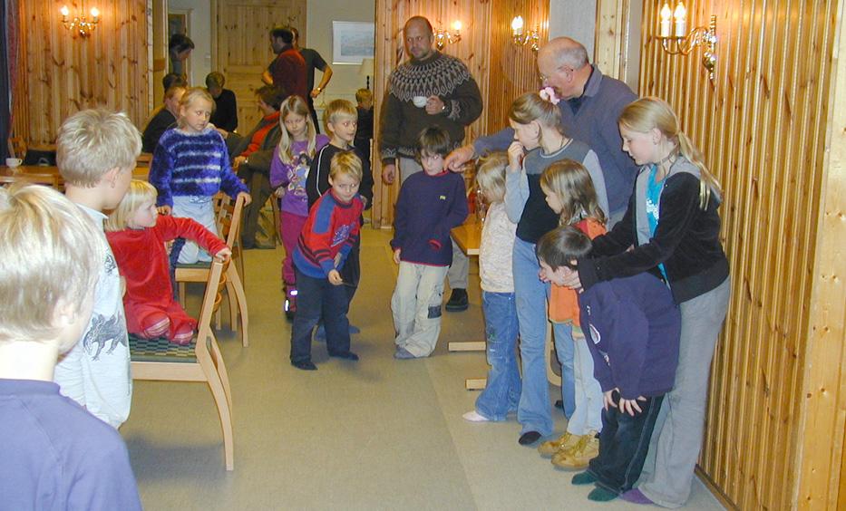 Blydunk fikk en renessanse i Nymark grendahus. Etter litt instruksjon fra Willy Monsen var barna i full gang med spillet som har engasjert unge bergensere i generasjoner.