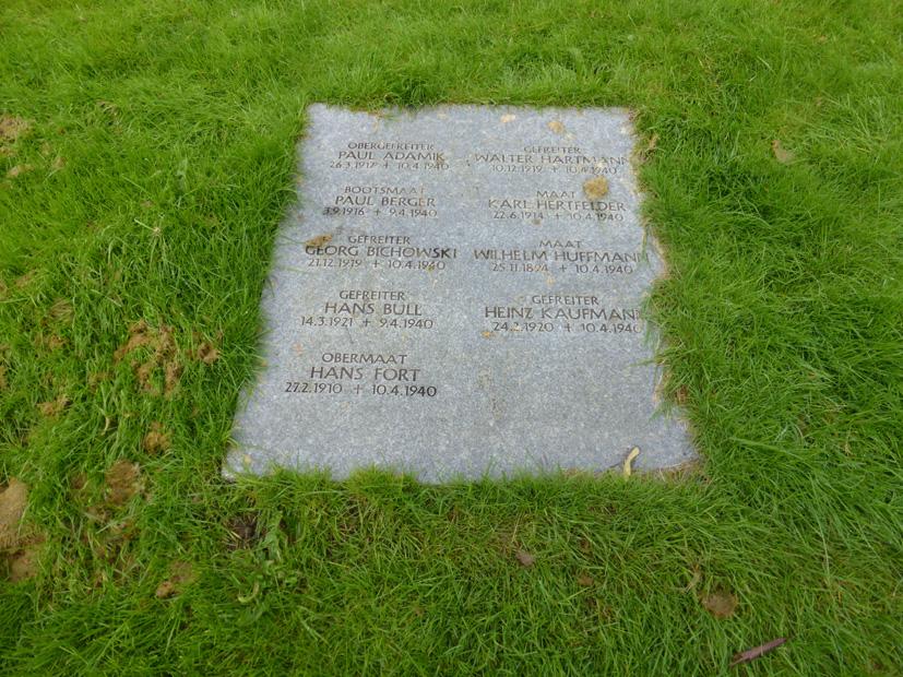 Minneplatene forteller mange skjebner. Blant de døde finner vi både pur unge gutter og garvede soldater med erfaring fra første verdenskrig.