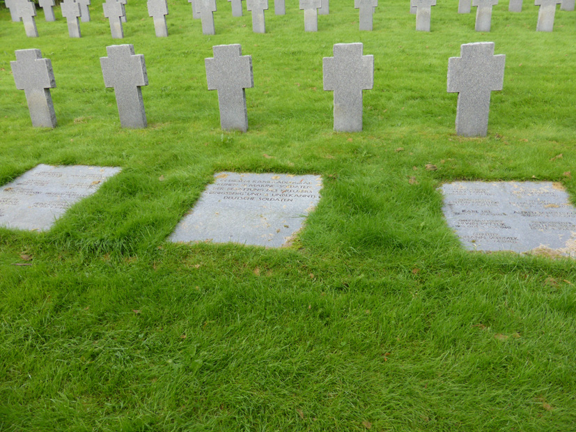 "Dette minnesmerket på Solheim består av tre liggende elementer. Elementene til høyre og venstre inneholder navn. På den midterste står teksten ""In diesem Kameradengrab ruhen 18 Marinesoldaten der besatzung des kreuzers Königsberg und 6 unbekannte deutsche Soldaten""."