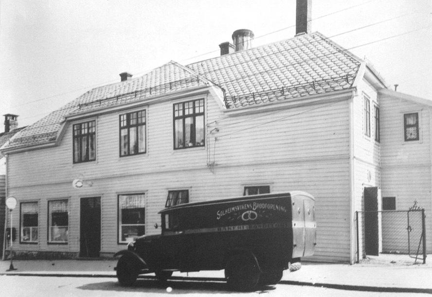 Foto av ukjent dato – trolig 1930-tallet. Bildet hang i lokalene til Solbrød inntil bakeriutsalget ble laget ned for kort tid siden. I Solheimsgaten står en varebil tilhørende Solheimsvikens brødforening AS, forløperen til Solbrød.
