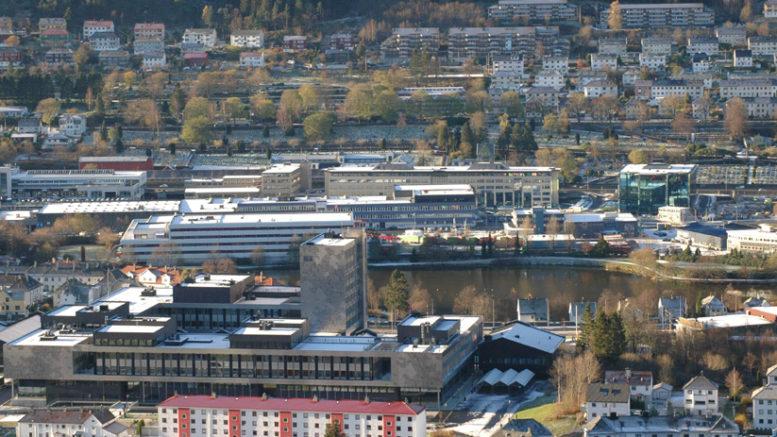 Nybygget til Høgskolen i Bergen kommer på tomten på nordsiden av bygget som ble tatt i bruk i 2014. På tomten står det i dag er næringsbygg og der parkeres busser der. Det blir undergang mellom de to HiB-byggene.