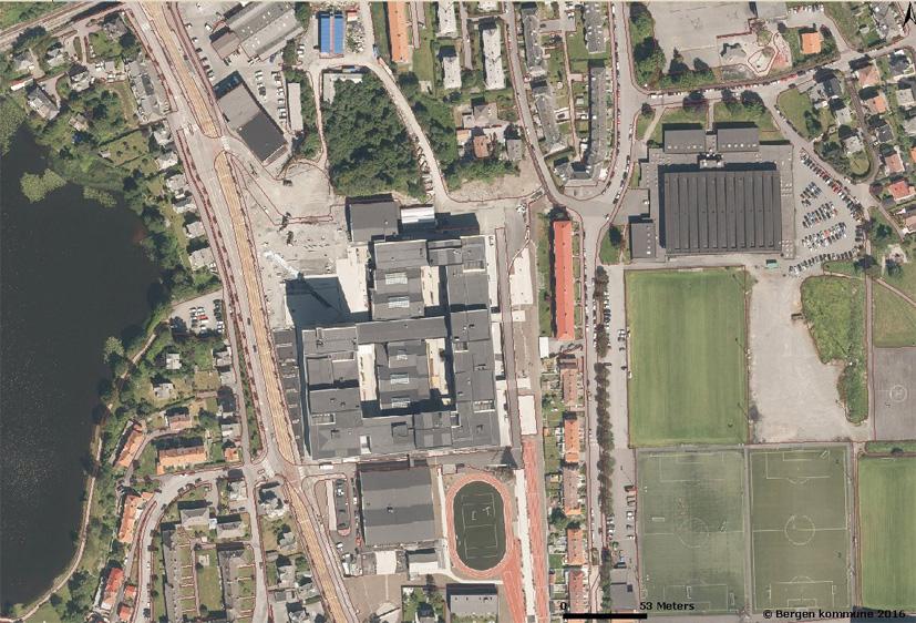 Nybygget til Høgskolen i Bergen kommer på nordsiden av dagens bygningsmasse, mellom Inndalsveien og det lille skogsområdet. Foto: Bergen kommune.