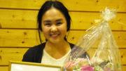 Kjersti Kindingstad Vågen (18) fra Vikøy i Kvam ble lørdag 1. oktober tildelt Audhild Flaktveit Moxnes' minnepris på 10.000 kroner. Foto Erling Moxnes.
