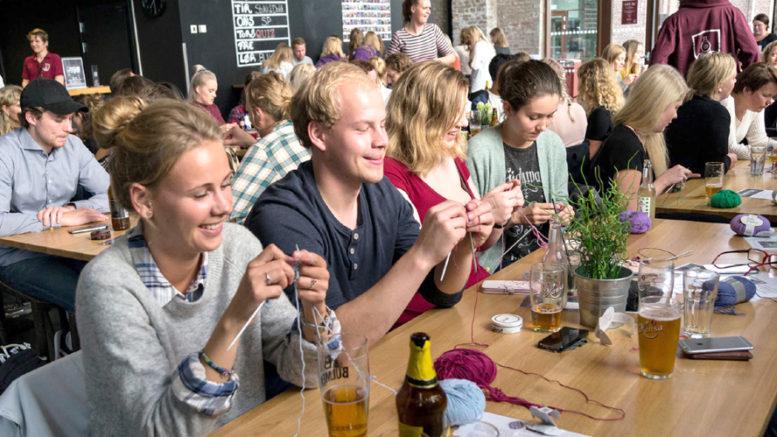 Fra forrige «Strikk og drikk»-arrangement på Kronbar på høyskolen på Kronstad. Alle over 20 år er velkommen på nye strikkekvelder tirsdag 18. og søndag 23. oktober. Foto: BTS Bryr Seg.