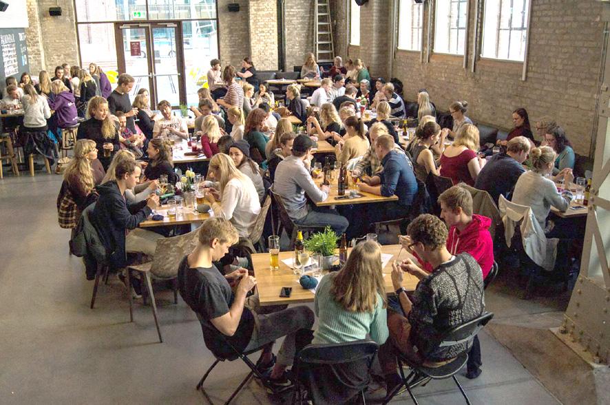 Fra forrige «Strikk og drikk»-arrangement på Kronbar på høyskolen på Kronstad. Foto: BTS Bryr Seg.