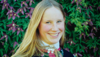 Solgunn M. Flaktveit med diktsamling til minne om datteren Audhild