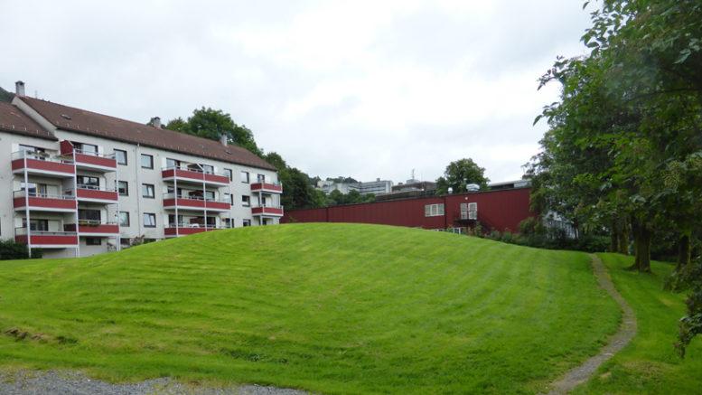 Gravhaugen på Alrekstad er i dag 24 meter i tverrmål og er halvannen meter høy. Den har imidlertid vært mye større.