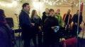 Byråd Dag Inge Ulstein delte ut prisen. Agnes Vevle Tvinnereim mottok den på vegne av nærmiljøet på Landås. Bilde: Ola Henning Målsnes, Bergen kommune.