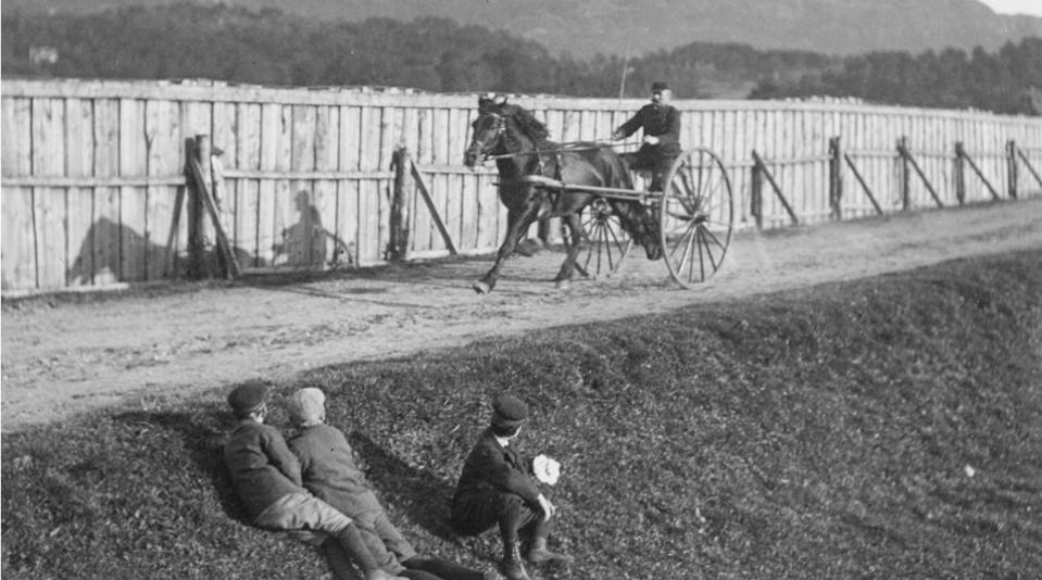 Bergensområdets første travbane ble åpnet på Kronstad i 1890