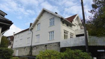 Våningshuset på Gimle gård er ca. 150 år gammelt, husene i strøket nærmer seg 100