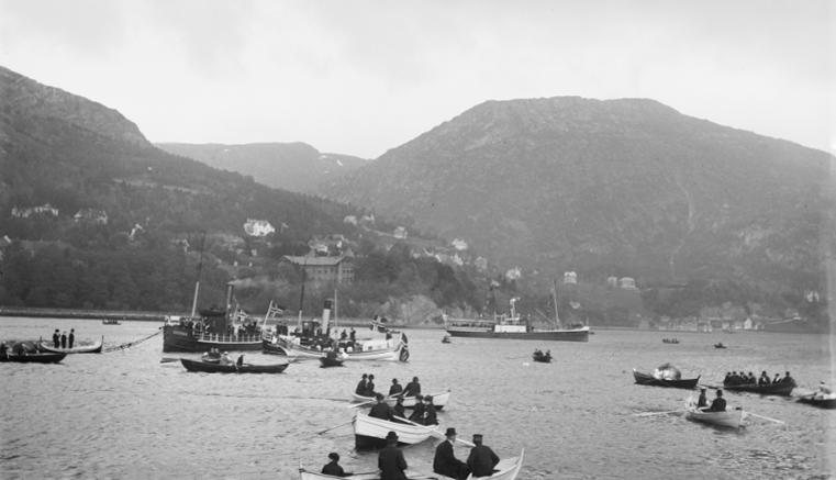 Lauritz Bekker Larsen fotograferte familie, byliv, ferier og turer i fjellet