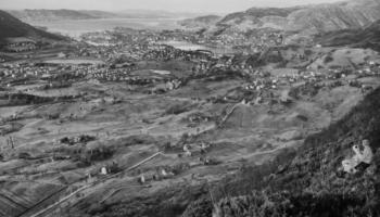 Se kart og bilde over Landås-gårdene før utbyggingen