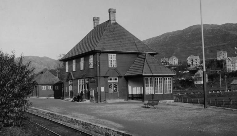 Trafikken ble for stor for stasjonsbygningen på Minde