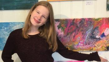 Cecilie (15) deltar på høstutstillingen til Galleri Fantasi