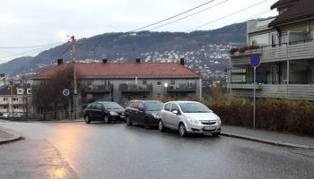 Endelig parkering forbudt i busslomme i Løbergsveien