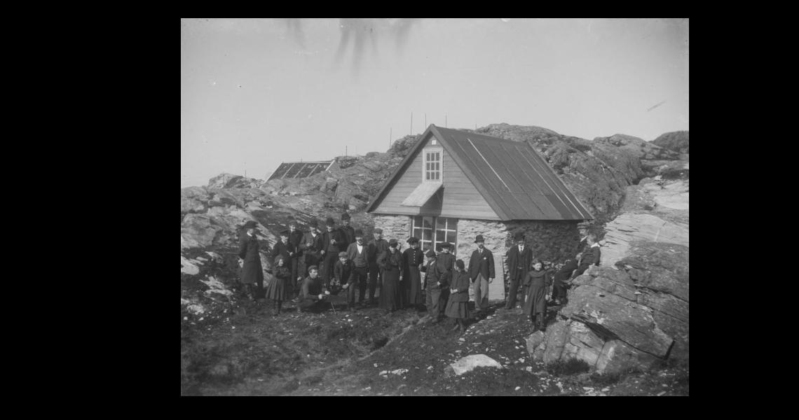 Forevigelse foran «hytten Ly på Ravneberget»