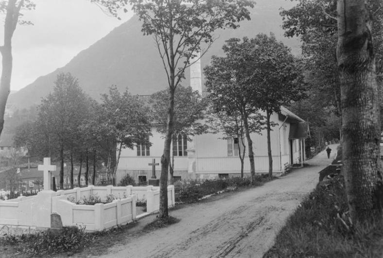 Den første begravelsen på Møllendal ble meget våt